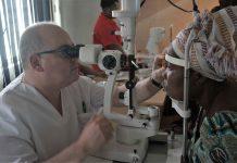 El óptico optometrista Pedro Duc realizando un examen a un paciente en Ghana