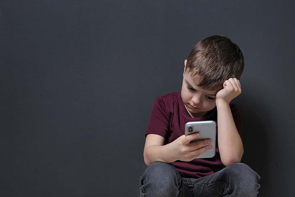 Por qué deberías reducir la exposición de tus hijos a las pantallas si quieres evitar miopes prematuros